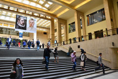 Bryssel Belgien - Maj 12, 2015: Handelsresande i den huvudsakliga lobbyen av Bryssel den centrala drevstationen Royaltyfri Fotografi
