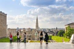 Bryssel Belgien - Maj 12, 2015: Turist- besök Kunstberg eller måndag royaltyfria foton