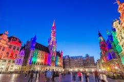 Bryssel Belgien - Maj 13, 2015: Turister som besöker berömda Grand Place av Bryssel Arkivbilder
