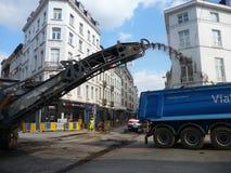 Bryssel Belgien - May 3rd 2018: Vägrehabilitering arbetar på Chausse D ` Ixelles i Ixelles, Bryssel Royaltyfria Bilder