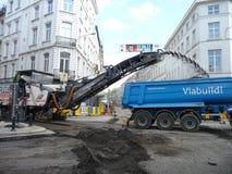 Bryssel Belgien - May 3rd 2018: Vägrehabilitering arbetar på Chausse D ` Ixelles i Ixelles, Bryssel Fotografering för Bildbyråer