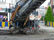 Bryssel Belgien - May 3rd 2018: Vägrehabilitering arbetar på Chausse D ` Ixelles i Ixelles, Bryssel Arkivfoton