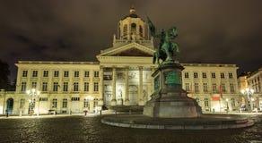 BRYSSEL BELGIEN - SEPTEMBER 05, 2016: Coudenberg tidigare slott av Bryssel, Belgien på natten Statyn av Godfrey, Duc av buljong Royaltyfri Foto