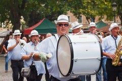 BRYSSEL BELGIEN - SEPTEMBER 06, 2014: Musikalisk procession i mitten av Bryssel under den belgiska ölhelgen 2014 arkivfoto