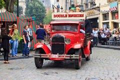 BRYSSEL BELGIEN - SEPTEMBER 06, 2014: Presentation av det dubbla Enghien bryggeriet med den retro Ford bilen royaltyfri bild