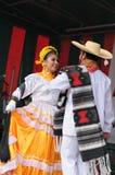 Dansare av Xochicalli den mexicanska folkloric gruppen Arkivbild