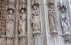 Bryssel - detalj från huvudsaklig portal av Notre Dame du Sablon den gotiska kyrkan Royaltyfri Fotografi