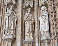 Bryssel - detalj från huvudsaklig portal av Notre Dame du Sablon den gotiska kyrkan Fotografering för Bildbyråer