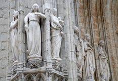 Bryssel - detalj från huvudsaklig portal av Notre Dame du Sablon den gotiska kyrkan Royaltyfri Bild