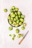 Bryssel groddar som skalar, förberedelse för att laga mat Royaltyfri Fotografi