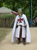 Bryssel - Juni 3: Man med korsfararedräkten på den medeltida mässan av Etterbeek Foto som tas på Juni 3, 2017 i Bryssel, Belgien Arkivfoto