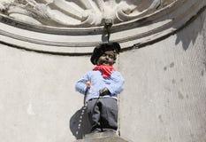 Bryssel Manneken Pis med basker Arkivfoton