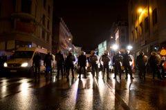BRYSSEL - NOVEMBER 25, 2017: Kravallpolis som återställer beställning i Bryssel efter en fridsam protest mot slaveri, blev våldsa Royaltyfria Bilder