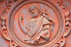 Bryssel - St John det baptistiskt från metallporten av St John baptistkyrkan Arkivbilder