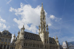 Bryssel stadshus, Grand Place, Belgien bluen clouds skyen Arkivbilder