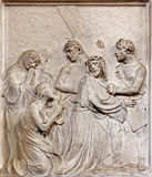 Bryssel - stenlättnad av det Jesus mötet kvinnorna av Jerusalem i kyrkliga Notre Dame du Bon Secource arkivbild