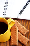bryt anmärkningar för bildskärmen för kaffedatorcopyspace som äga sätter klibbig text för att fungera ditt Arkivbilder
