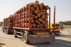 bryt arbete Lastbil med halv-släp för transportering av trä på arkivfoto
