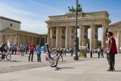Bryt dansaren framme av den Brandenburg porten, Berlin royaltyfri fotografi