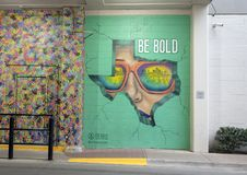 'Bryt igenom & sättas en klocka på ', en väggmålning av Michelle Dekkers i West Village, Dallas, Texas arkivbilder
