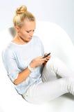 bryt tid för telefonen för kontoret för felanmälanskaffedagen hård till att fungera Flickan skriver ett textmeddelande Royaltyfria Bilder