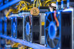 Bryta för Cryptocurrency utrustning royaltyfria foton