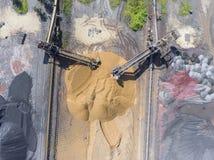 Bryta grävskopan på minen för nedersta yttersida Insättningar för brunt kol royaltyfria foton