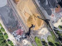 Bryta grävskopan på minen för nedersta yttersida Insättningar för brunt kol arkivfoto