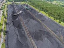 Bryta grävskopan på minen för nedersta yttersida Insättningar för brunt kol royaltyfri fotografi