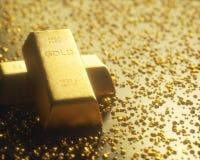 Bryta guld- klumpar Arkivbild