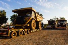 Bryta lastbilar för stor jordvall Arkivbilder