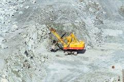 Bryta sten att bryta av asbest, Urals, Ryssland Arkivbilder
