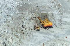 Bryta sten att bryta av asbest, Urals, Ryssland Royaltyfri Bild