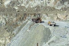 Bryta sten att bryta av asbest, Urals, Ryssland Arkivbild