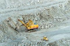 Bryta sten att bryta av asbest, Urals, Ryssland Fotografering för Bildbyråer