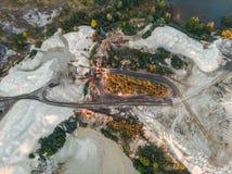 Bryta sten för extraktion- och produktionkrita, mineraler och kalksten med special utrustning för tungt maskineri, flyg- sikt arkivbild