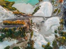 Bryta sten för extraktion- och produktionkrita, mineraler och kalksten med special utrustning för tungt maskineri, flyg- sikt arkivfoto