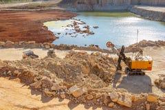 Bryta sten maskinen och annan för grävskopa den tunga villebrådutrustning Arkivbilder