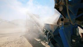 Bryta sten platsen med en funktionsduglig dunka maskin stock video