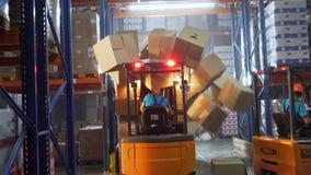 Brytning av säkerhet på ett lager vid en laddare arkivfilmer