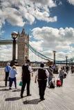 Brytyjscy funkcjonariuszi policji chodzi blisko wierza mosta zdjęcie stock