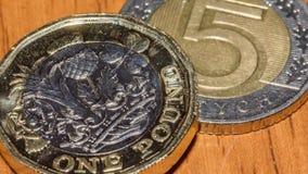 Brytyjska Funtowa moneta na górze 5 E Polskiego złoty Zdjęcia Royalty Free