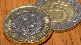 Brytyjska Funtowa moneta na górze 5 F Polskiego złoty Obraz Royalty Free