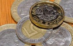 Brytyjska Funtowa moneta na górze 5 J Polskiego złoty Zdjęcie Stock