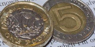 Brytyjska Funtowa moneta na górze 5 N Polskiego złoty Zdjęcie Royalty Free