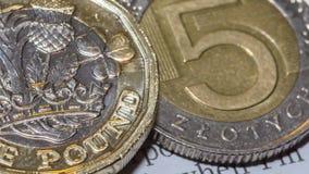 Brytyjska Funtowa moneta na górze 5 O Polskiego złoty Obraz Stock