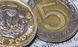 Brytyjska Funtowa moneta na górze 5 P Polskiego złoty Zdjęcia Royalty Free