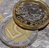 Brytyjska Funtowa moneta na górze 5 Polskiego złoty Ja Zdjęcie Stock