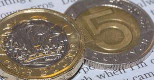 Brytyjska Funtowa moneta na górze 5 Q Polskiego złoty Obraz Stock
