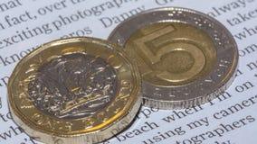 Brytyjska Funtowa moneta na górze 5 R Polskiego złoty Obrazy Royalty Free
